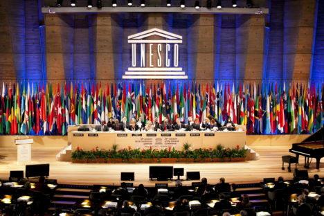 ARCHIV- Das Podium bei der 36. Generalkonferenz der UNESCO in Paris (Archivfoto vom 25.10.2011). Ungeachtet von Warnungen aus den USA hat die UN-Organisation für Bildung, Wissenschaft und Kultur (Unesco) Palästina als Vollmitglied aufgenommen. In der Generalkonferenz in Paris stimmte am Montagmittag die große Mehrheit der Mitgliedstaaten dafür. Die USA dürften nun ihre Beitragszahlungen an die Unesco stoppen. Nach Angaben von US-Außenministerin Hillary Clinton, ist es der US-Regierung gesetzlich verboten, Organisationen zu finanzieren, die die Palästinenser als Mitglied akzeptieren. EPA/BALAZS MOHAI