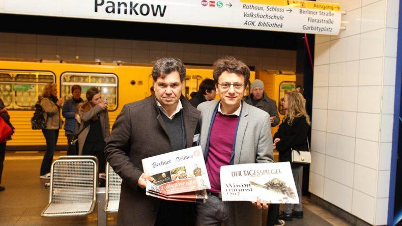 Il direttore della Berliner Zeitung Jochen Arntz e il direttore del TagesSpiegel Robert Ide nella stazione di Pankow