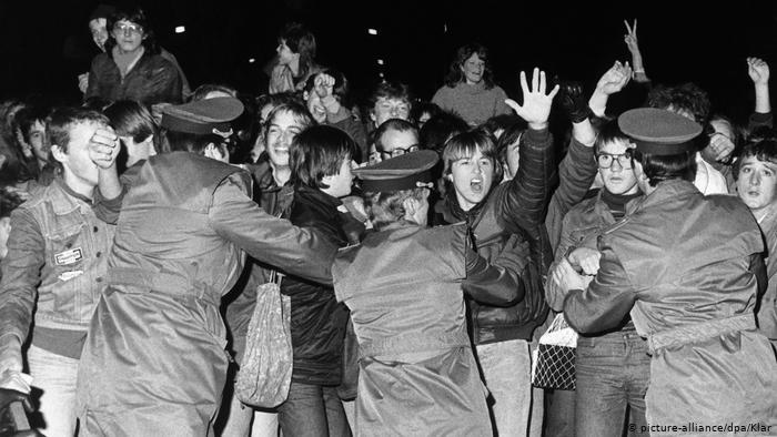 I giovani di Berlino Est trattenuti a fatica dalla polizia della regime festeggiano l'arrivo nella DDR del cantante rock Udo Lindenberg