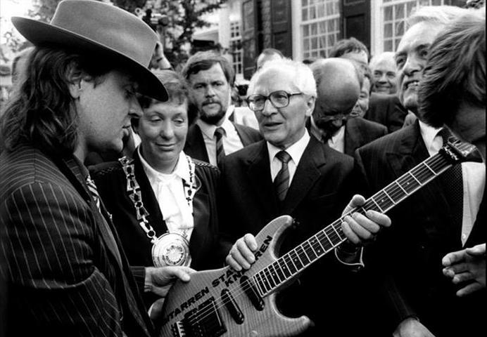 """Lindenberg dona al leader della DDR Erich Honecker una chitarra elettrica che porta la scritta """"Gitarren statt Knarren - Chitarre, non armi"""""""