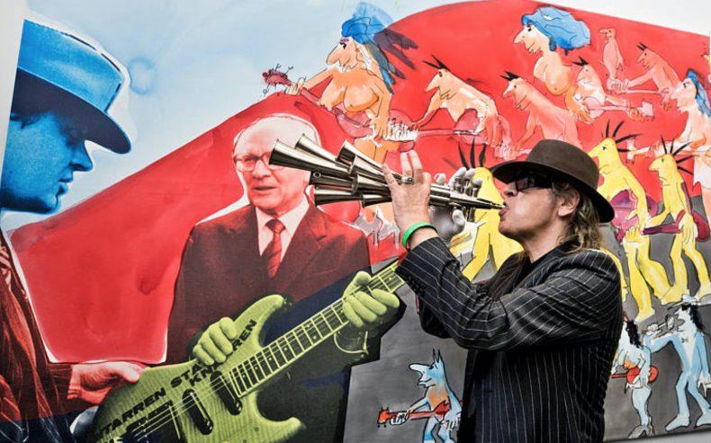 Lindenberg suona lo Schalmei ricevuto in regalo da Honecker per festeggiare la caduta del Muro